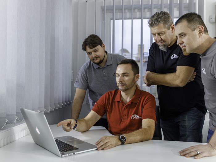 Az outsourcing a kkv-kra jellemző kiszervezett vállalati informatika, amely során külsős rendszergazda látja el az informatikus munkáját